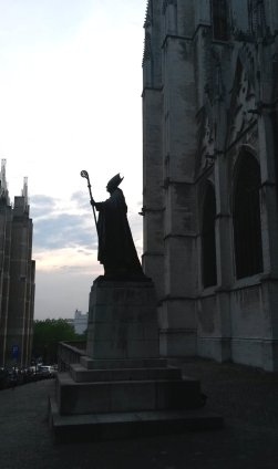 Contre-jour photograph of Cardinal Mercier's statue in Brussels — photo by Yves